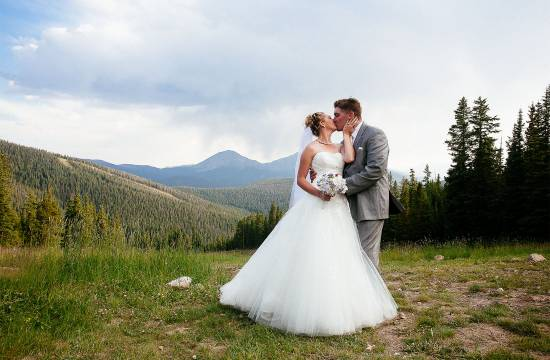 Couple shares a kiss at the top of Anticipation Run in Keystone Resort.
