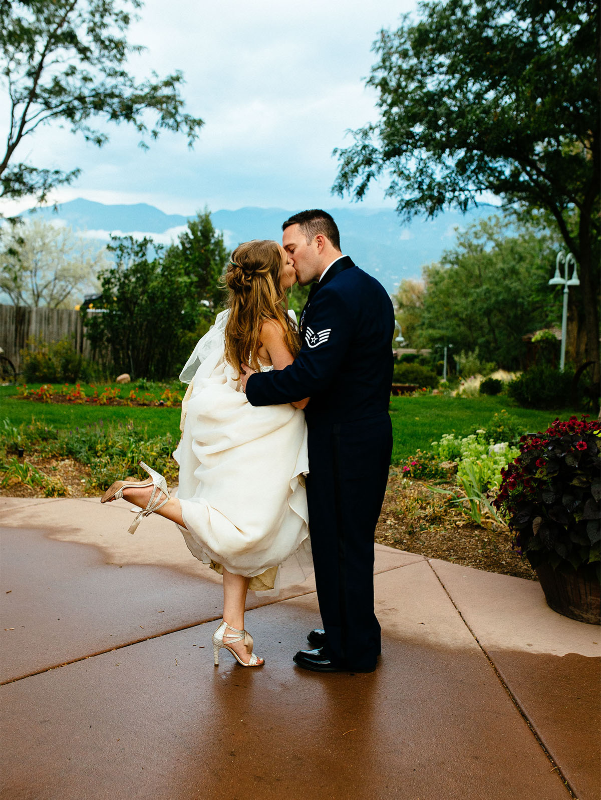 Couple kisses in the rain at Hillside Gardens wedding